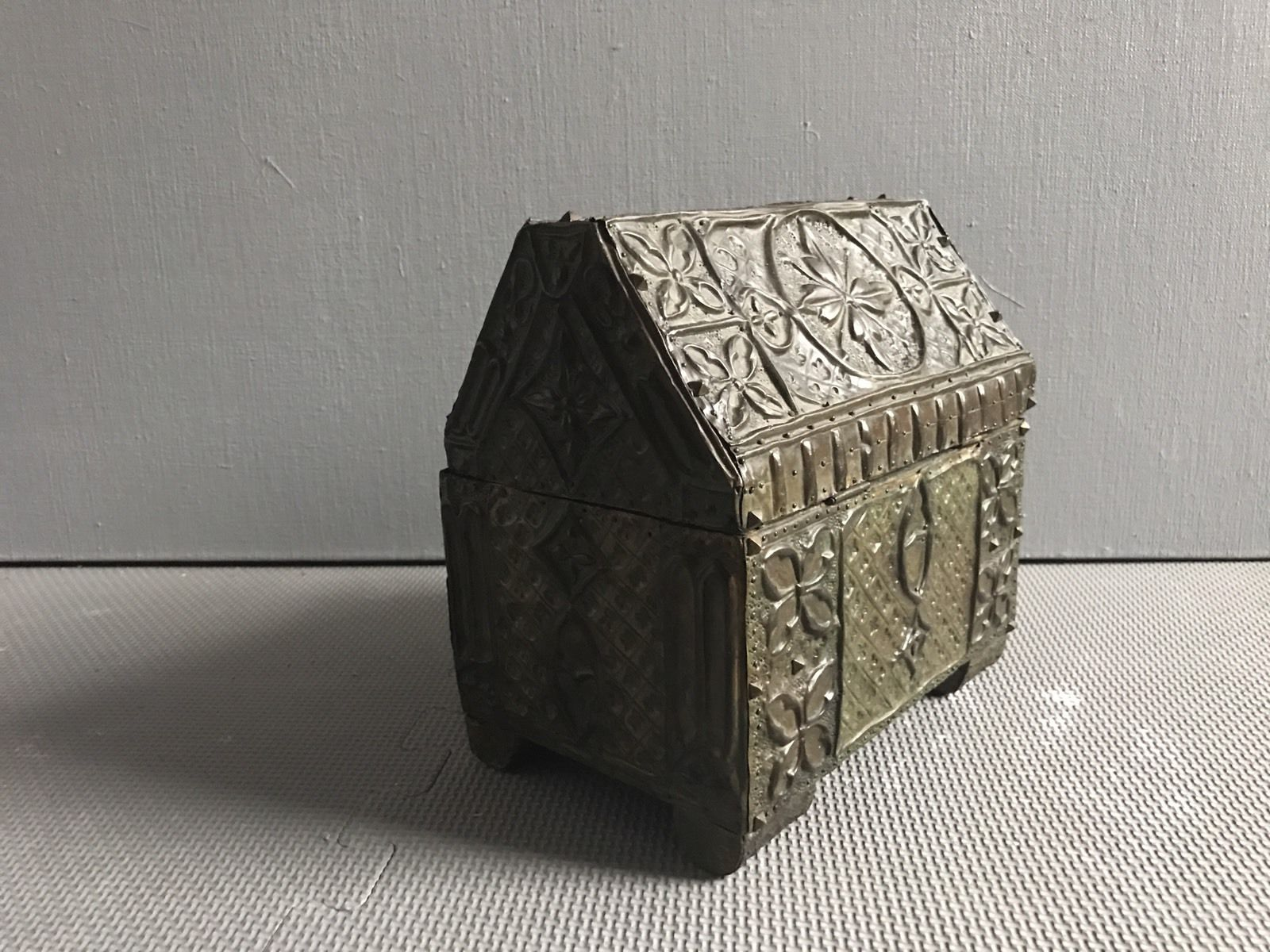 termok_antiques_french_repousse_casket_2.jpg