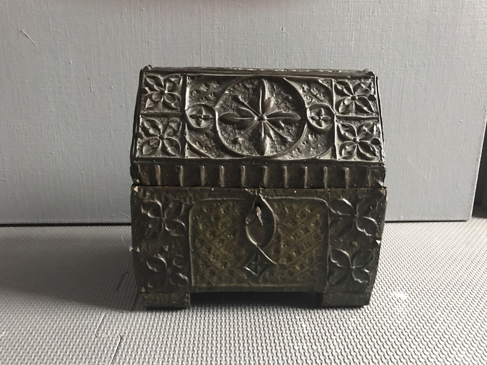 termok_antiques_french_repousse_casket_1.jpg
