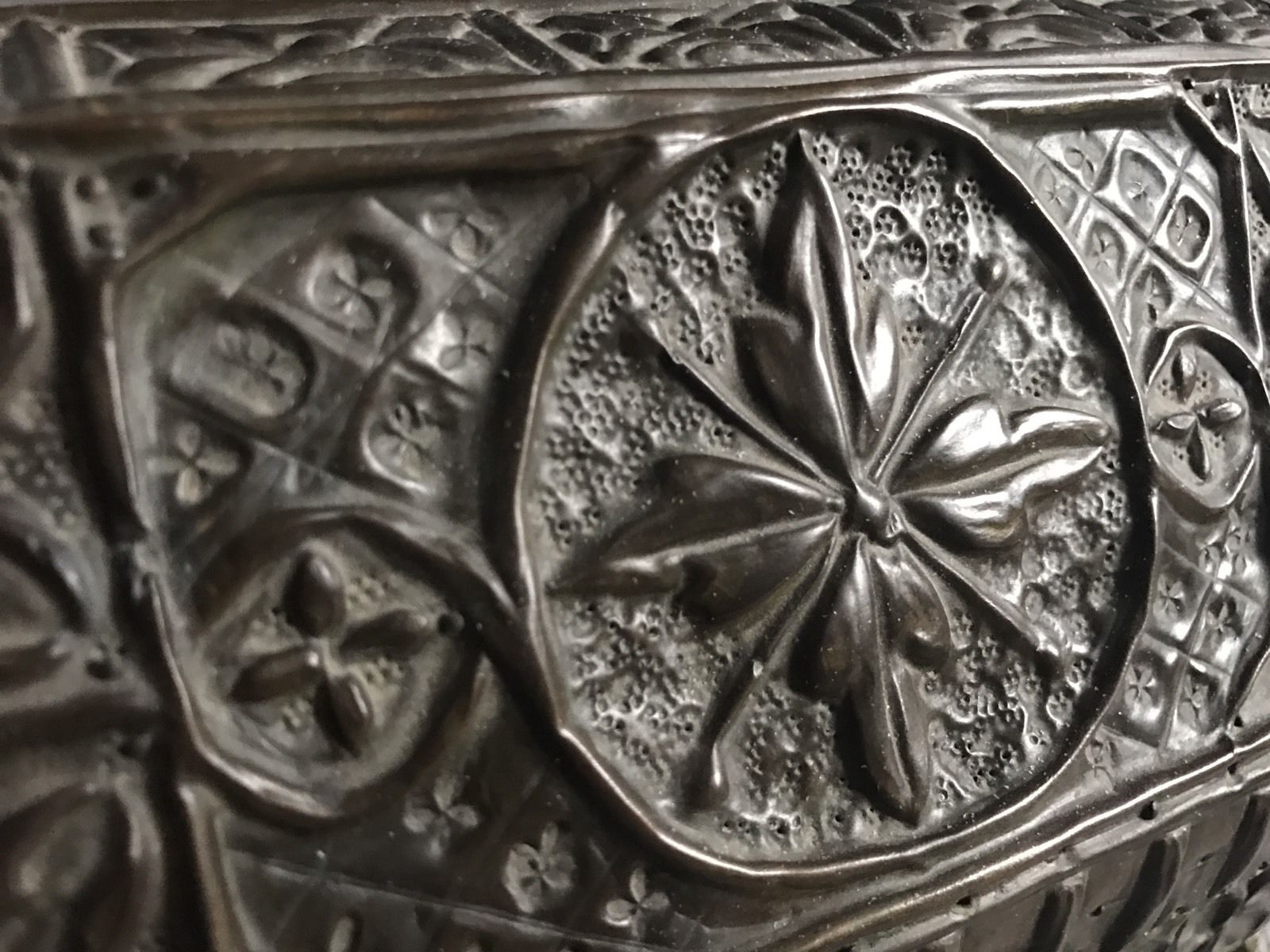 termok_antiques_french_repousse_casket_4.jpg