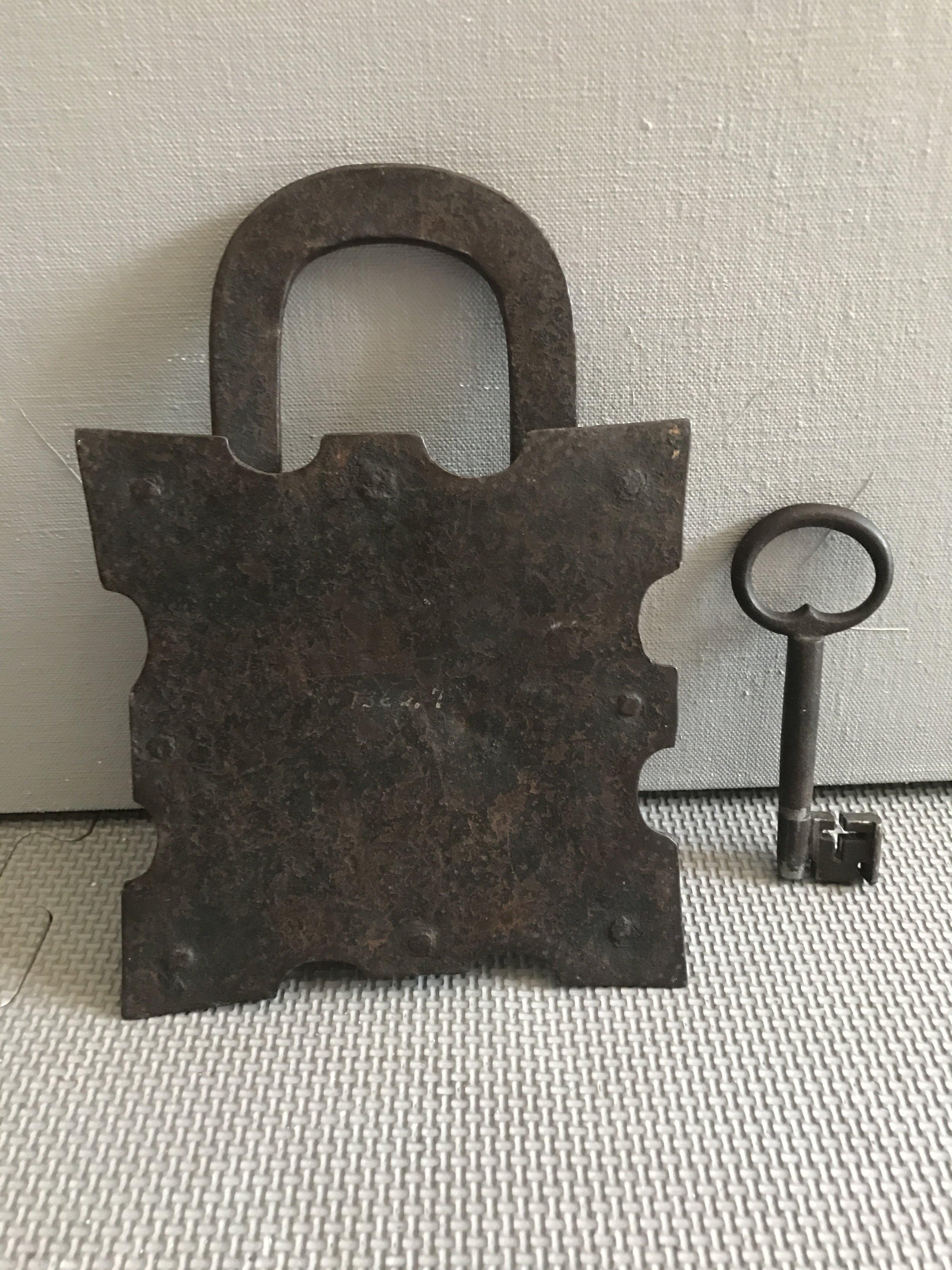15th_century_padlock_teremok_antiques_.JPG