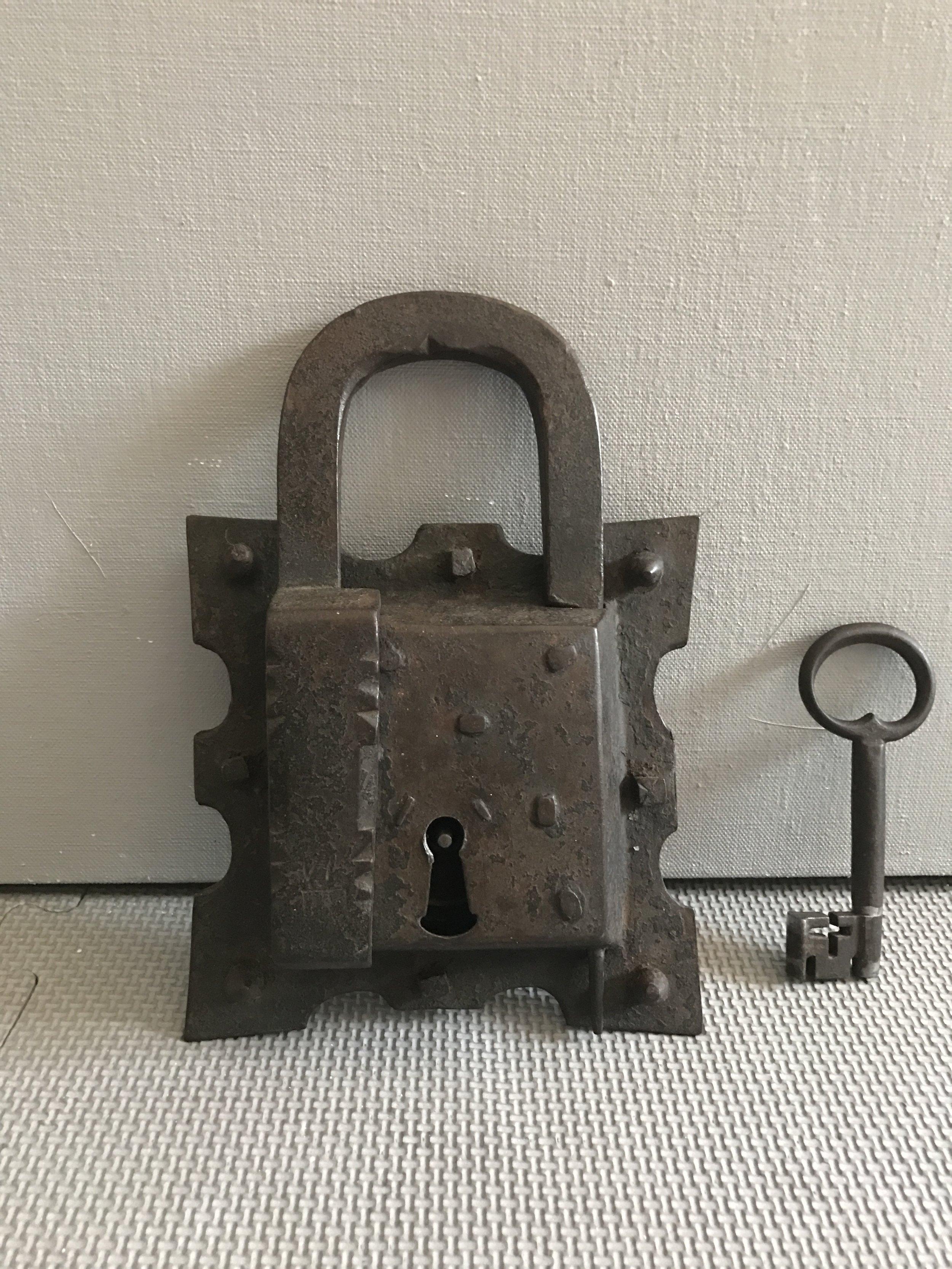 15th_century_padlock_teremok_antiques_1.JPG