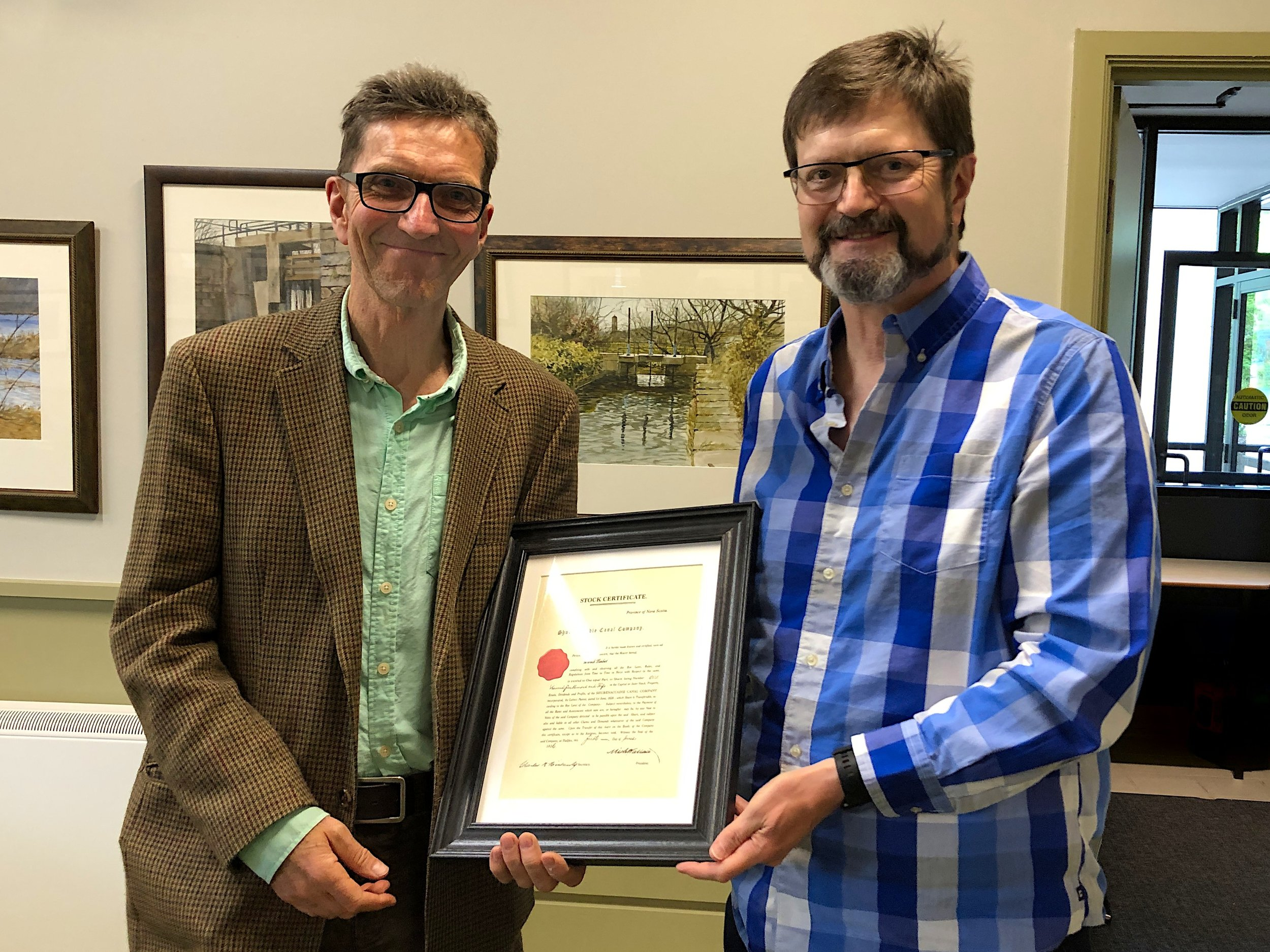 Warwick Lambert (left) receives the Henry Findlay Lock Keeper Award from SCC Chair Bill McIntyre on June 24, 2019.