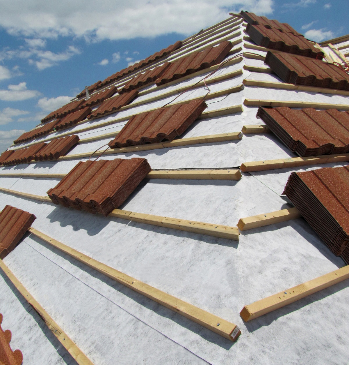 Premium HT Tile & Metal is ideal for use under foamed or mechanically-attached tile roofing systems.