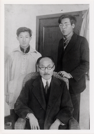 This was taken shortly before Dosan died. He is with Kim Pok-chin (left) and Yi Kuk-chin (right). After Dosan died, these two sculptors made a death mask of Dosan but the Japanese confiscated it and took both of them to the police station for harsh interrogation.
