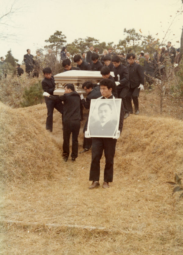Bringing Dosan's casket down the mountainside in Mangwoori in 1973