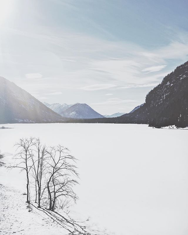 Icy Lake. ________ #zugspitze #bavaria #garmischpartenkirchen #garmisch #visitbavaria #visitgermany #architecture #photography #sonya7iii #lightpainting #view #minimalism #landscape #snow #lake #sky #sonyalpha