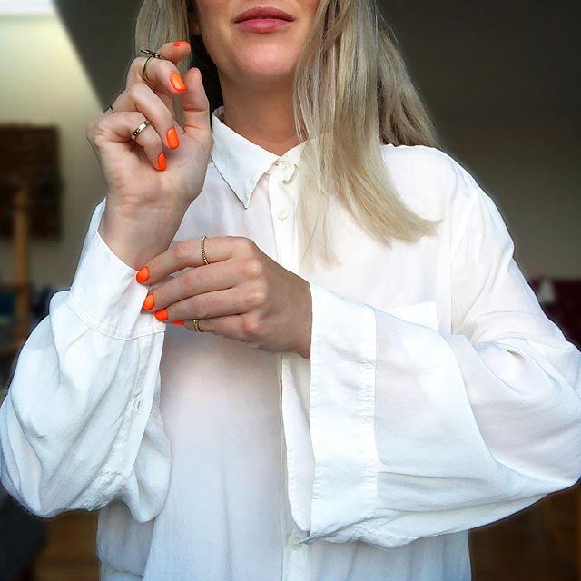 HÖSTPEPP. Igår visade jag den här smarta skjortan med reglerbar ärmstorlek på temat favoritplagg i #lwlstylechallenge (idag visar alla festplagg på @labelsweloveinsta mitt inlägg kommer senare ikväll). Kände direkt när jag tog den här bilden hur sommarkläderna ryggade tillbaka, baddräkten vred ut sig själv en sista gång och birkentofflorna hasade längst bak i garderoben. Är det dags att säga Gott nytt år?! #nisomvetnivet 🍁🍂🥔🍠🥕🥘🍷🕯🛁📽