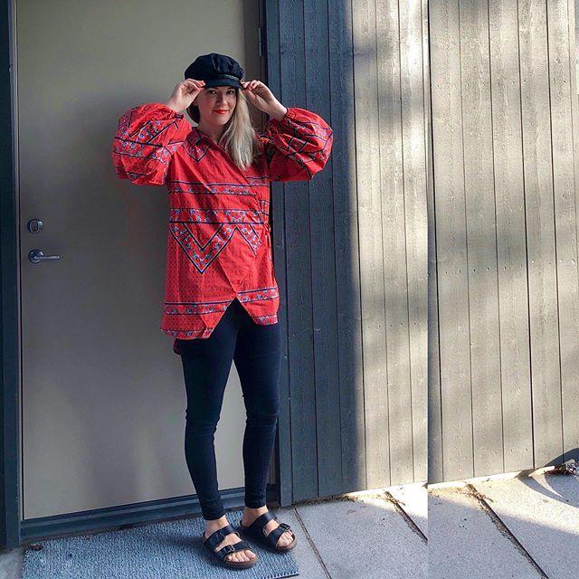 Samma gamla jeans, samma gamla tofflor, samma gamla keps men - 𝐞𝐧 𝐧𝐲 𝐬𝐤𝐣𝐨𝐫𝐭𝐚! En bomullsluftig omlott i den där rödorange färgen som jag trivs så bra i.  Känner mig höst light 🍁🧡 i denna outfit, channeling my inner @ceciliablankens 😸 Fast då skulle skjortan varit ett vintagefynd förstås 😽