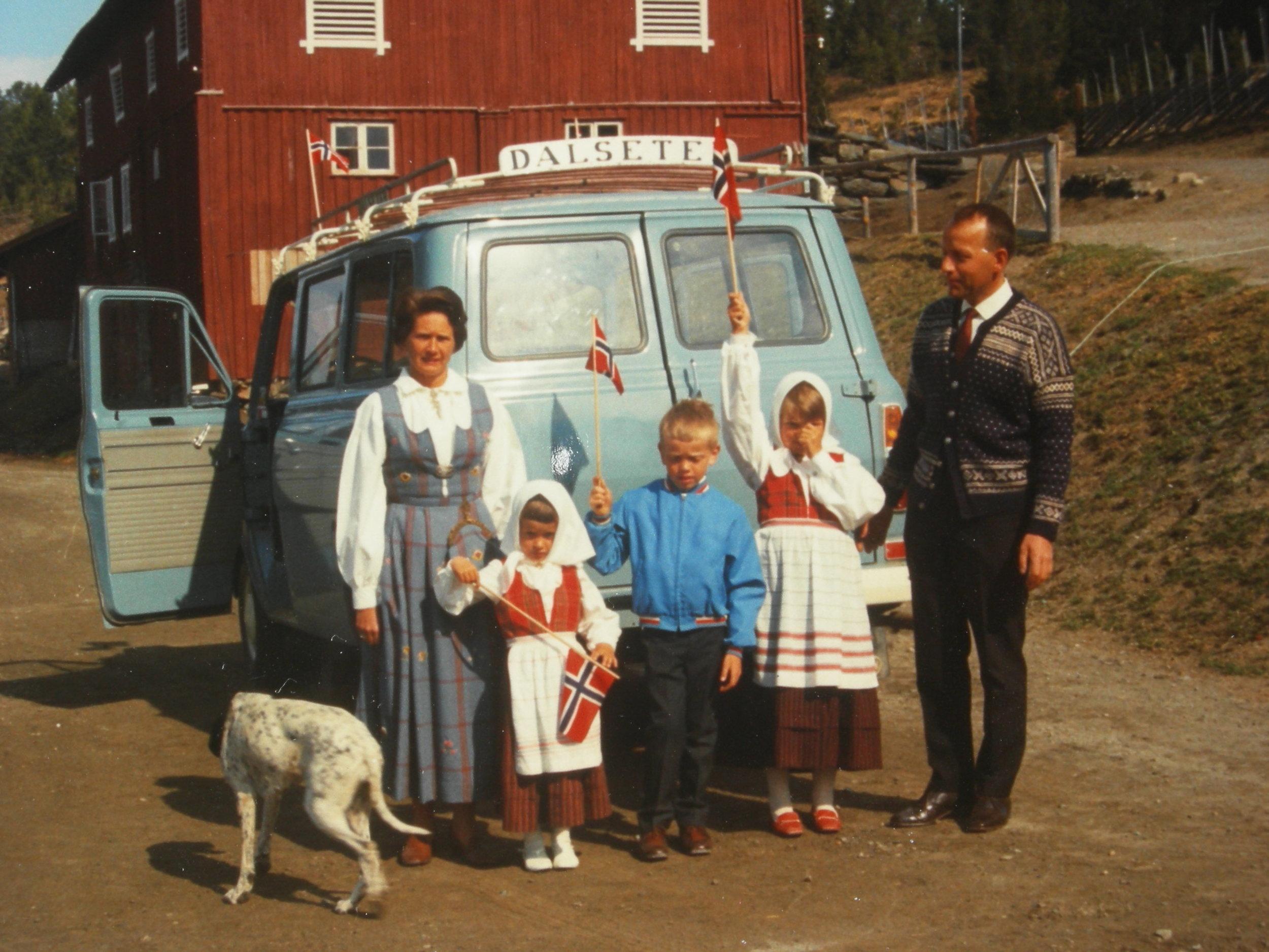 Erik og Elsa Gillebo på Dalseter ca 1970 Grethe er den minste her på bildet.