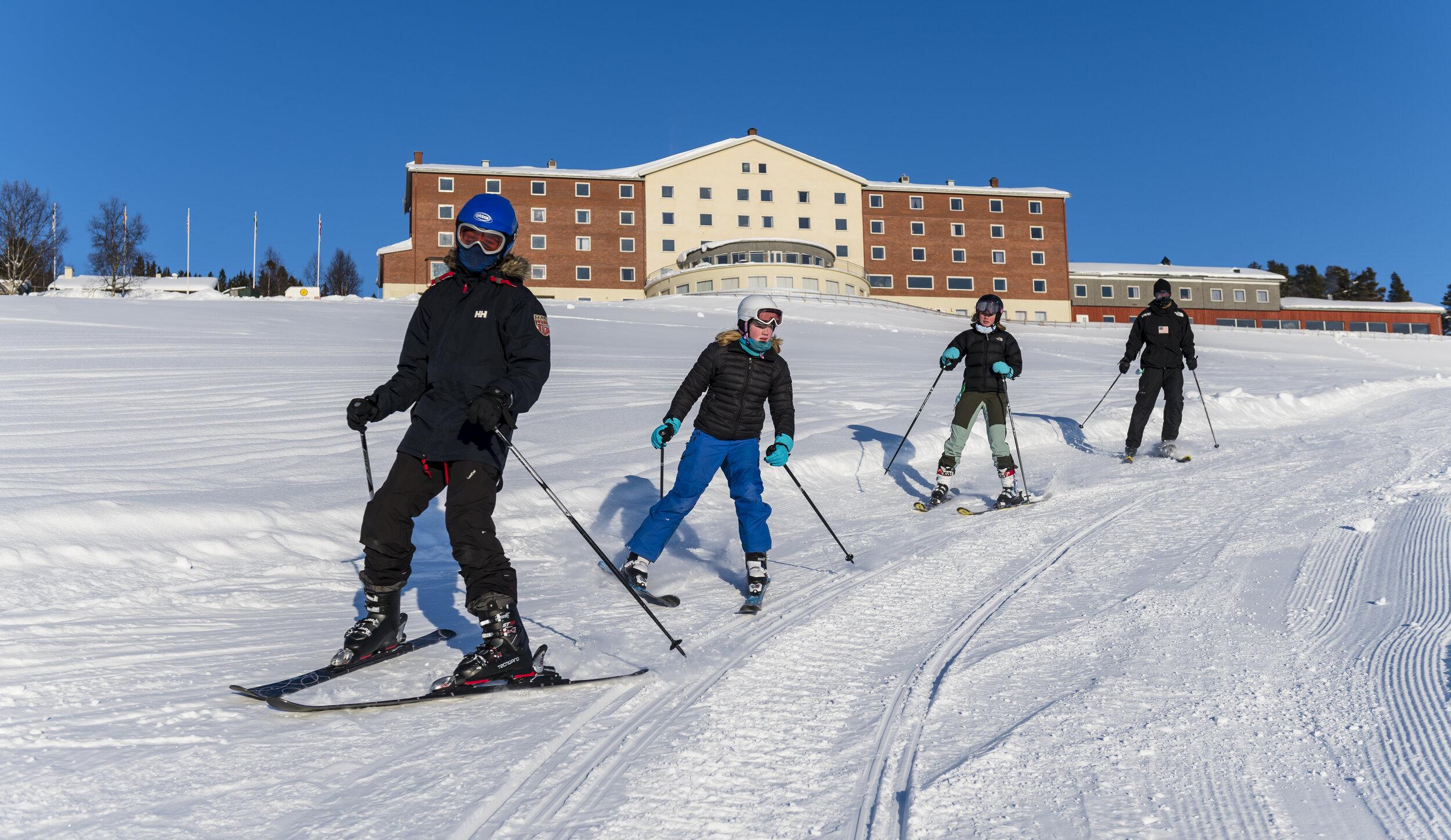 LITEN ALPINBAKKE RETT UTENFOR HOTELLET     For deg som har lyst til å prøve alpin, snowboard eller kanskje lære en telemarksving eller to.