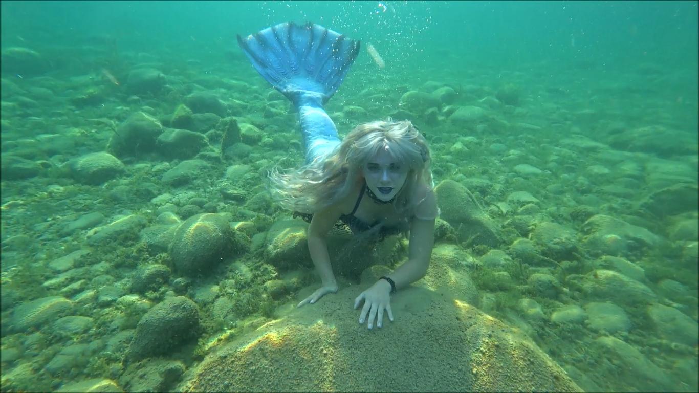 mermaids-swimming-underwater-videos-in-lake-michigan-mermaid-in-sunlight-4.png