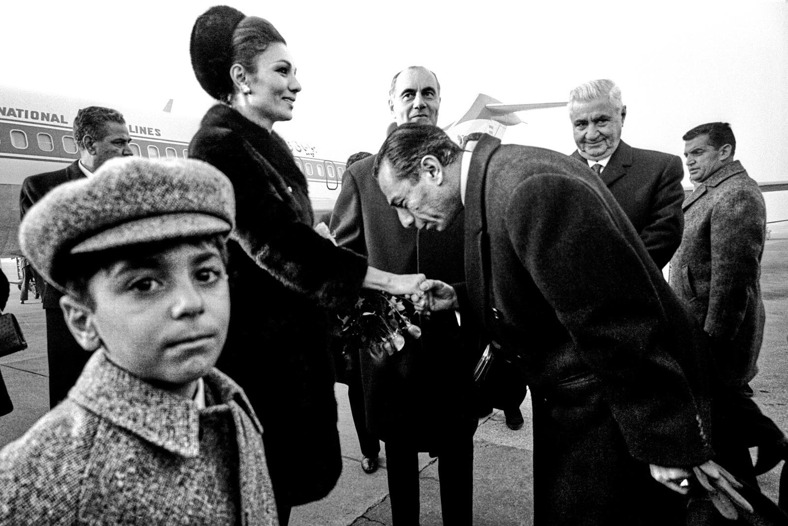 Persische Kaiserin Farah Diba Pahlavi besucht die Schweiz, Begrüssung in Kloten durch Bundesräte Hans-Peter Tschudi, Ernst Brugger, Rudolf Gnägi, vorne Prinz Ali Reza, Kloten 1975