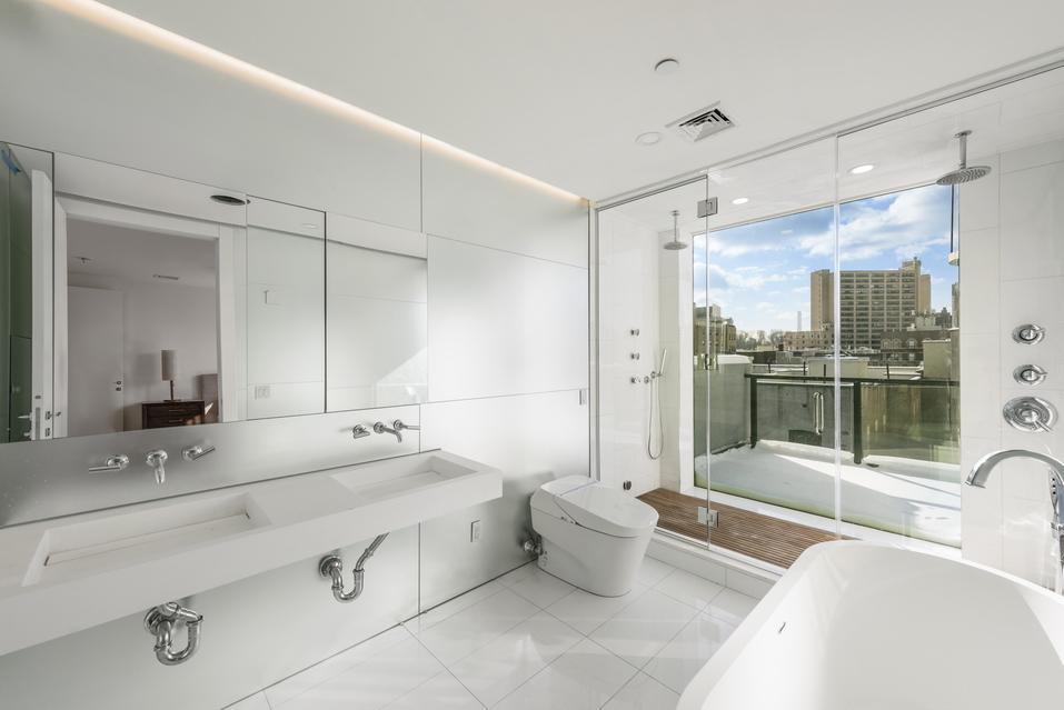Deluxe Full Bathroom