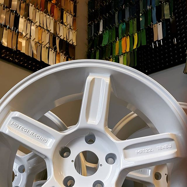 Happy Wheel Wednesday! Nothing beats a fresh set of gloss white wheels!  #glosswhite #clean #wheelwednesday #whitewheels