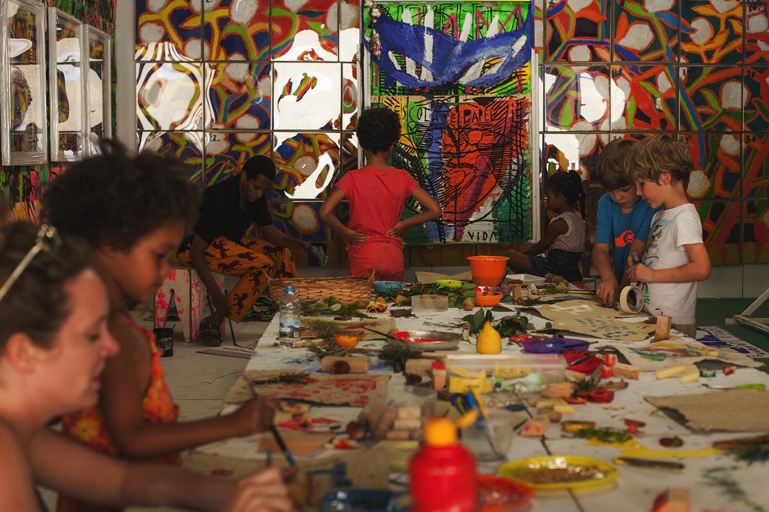 "The resident artist Francisco Vidal during ""Escola de Papel"" session  photo: Hugo Inglez"