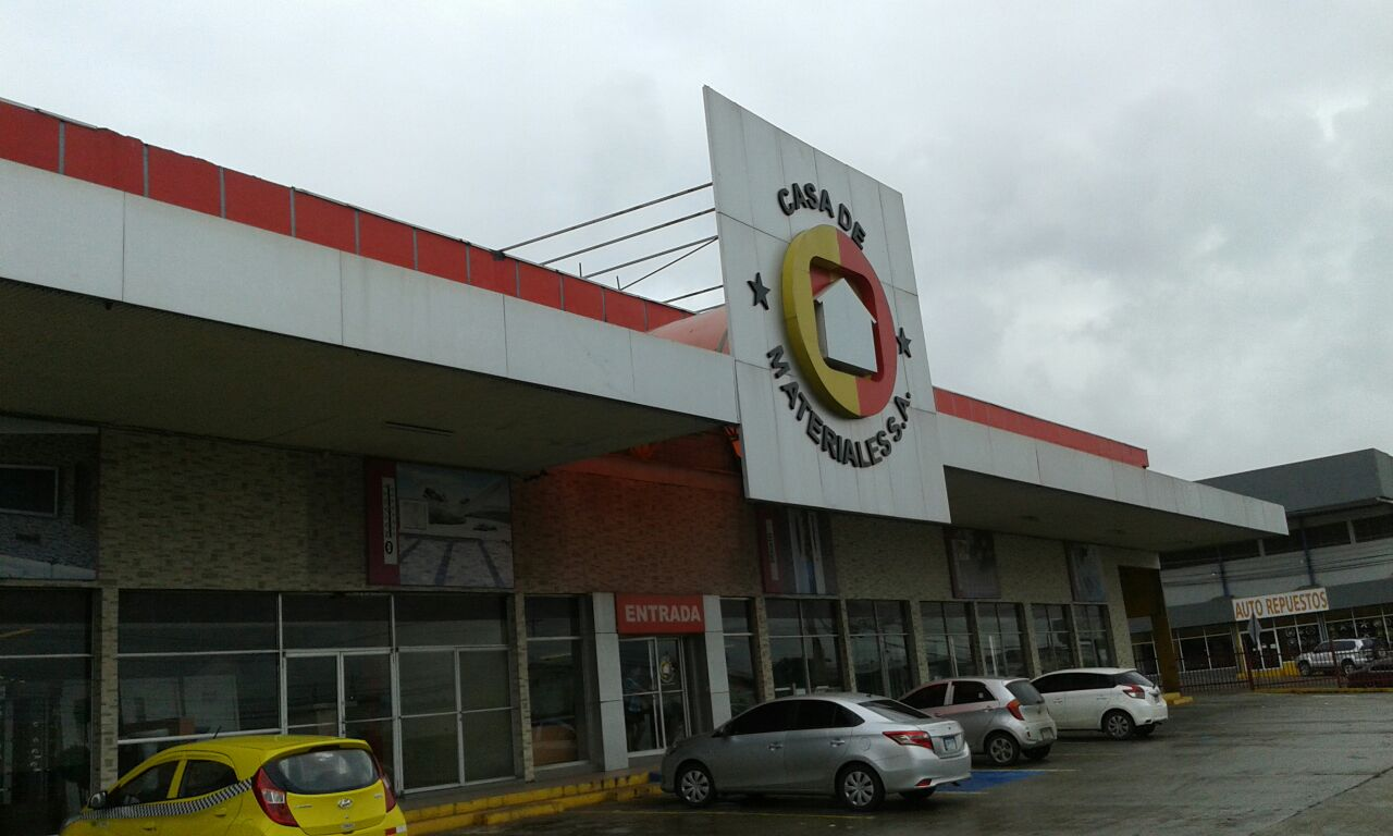 Sucursal de El Crisol. Estacionamientos disponibles en la fachada posterior.