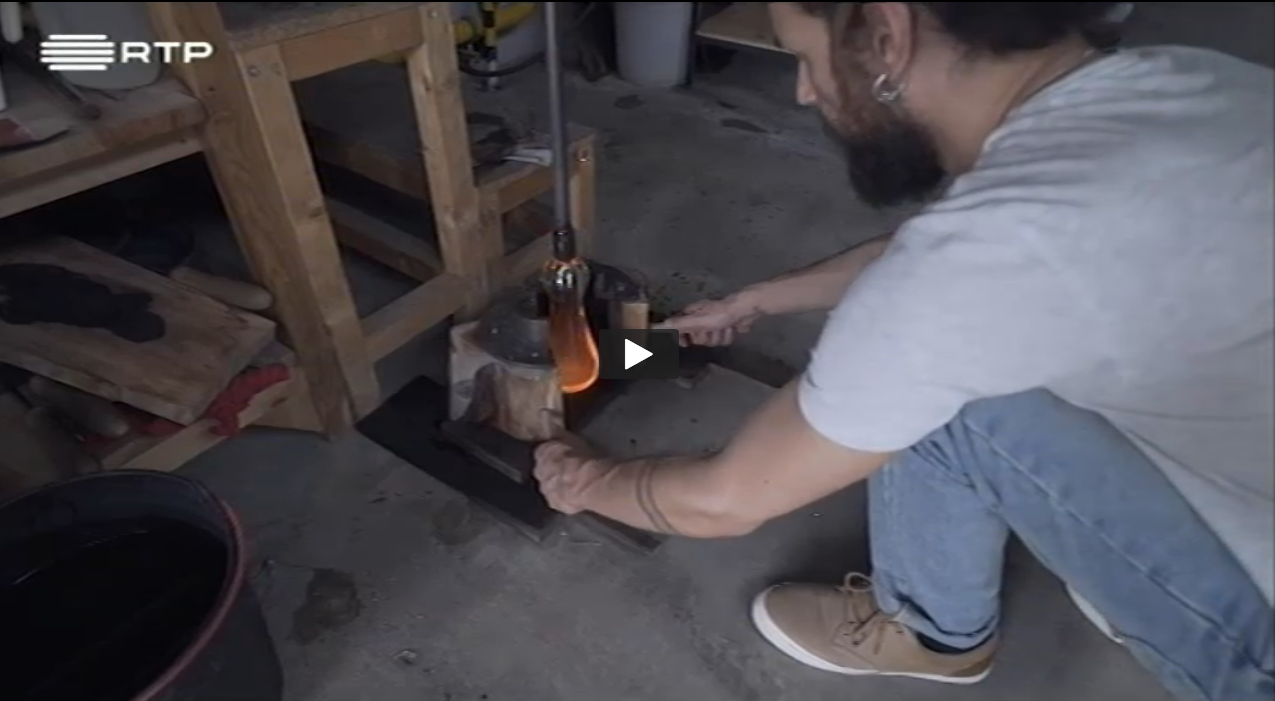 Watch SAMUEL REIS' process of finding just the right tree for the creation of the decanter.(In Portuguese)