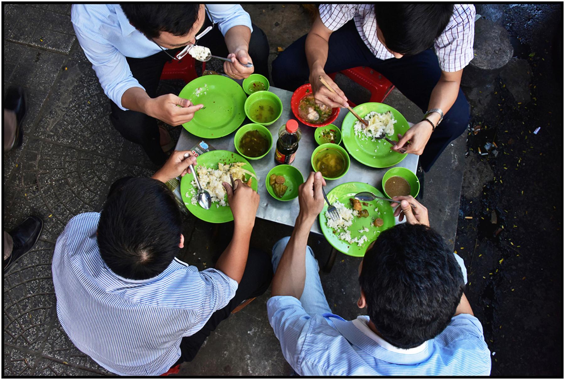 Office workers eat lunch on sidewalk, downtown Saigon/HCMC, Dec. 2015. #6226