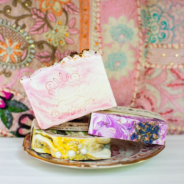 Can we talk about this dreamy home combo? 💗 Floral fabulous artisanal soaps by @royalpumpkin + Indian party dress wall hanging by @anmol_collective = our dream space 😍 These floral hues are giving us all the summer vibes! 🌸🌾🌺🌻⁠ .⁠ .⁠ .⁠ .⁠ .⁠ .⁠ .⁠ .⁠ #giftguide #giftideas #makersgonnamake #makersofinstagram #creatorslane #abmcrafty #createeveryday #shoplocal #buylocal #madelocal #madelocally #locallymade #givingback #creativelife #artisans #handcrafted #handmade #wemakecollective #capturemycraft #happycrafting #handmadewithlove #buyhandmade #handmadeisbetter #creativityfound