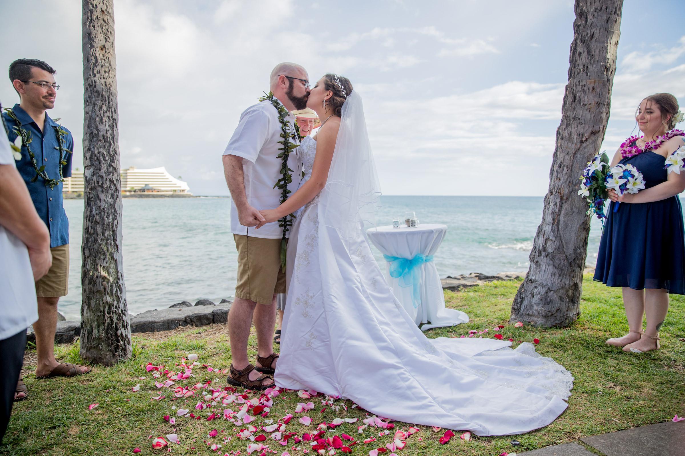 wedding-photographer-photography-destination-hawaii-lake-tahoe-ceremony-first-kiss