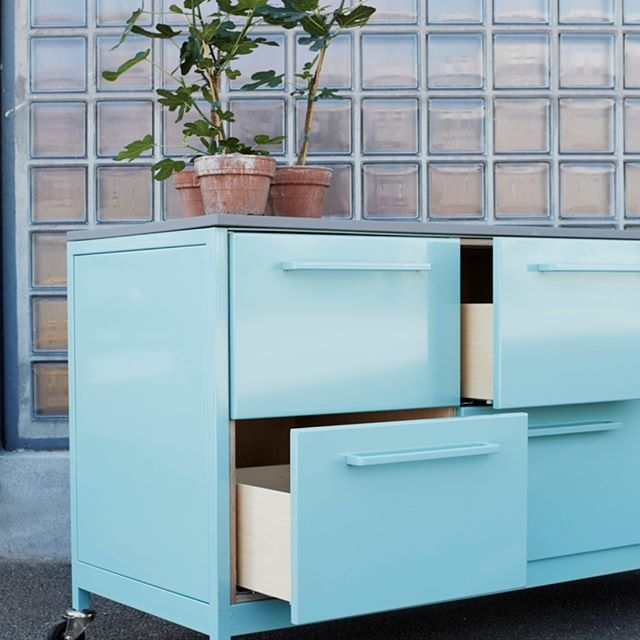 How would you like to invite this little snack for dinner? The CPH Square Travel Kitchen in all steel is made for people on the move - and in this color it's worth moving for! #cphsquare #kitchen #kitchendesign #designkitchen #dreamkitchen #steelkitchen #allsteel #travelkitchens