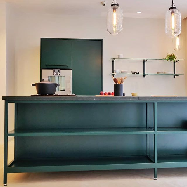 Take a dive into the deep green colour of this CPH Square kitchen with matching tabletop in Italian marble. You can see it for yourself in our Copenhagen showroom @Chr. IX gade. #cphsquare #kitchendesign #urbanliving #urbanstyle #green #kitchen #designkitchen #kitchendesign #danishdesign
