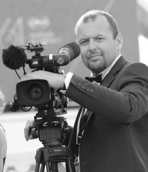Éric VERRIER  Chef Opérateur - Monteur  Professionnel des médias audiovisuels depuis 1996 en France et au Canada. (TV, WEBTV, VOD, MOBILE…).   Opérateur Nokia OZO+ - Monteur - Pilote privé