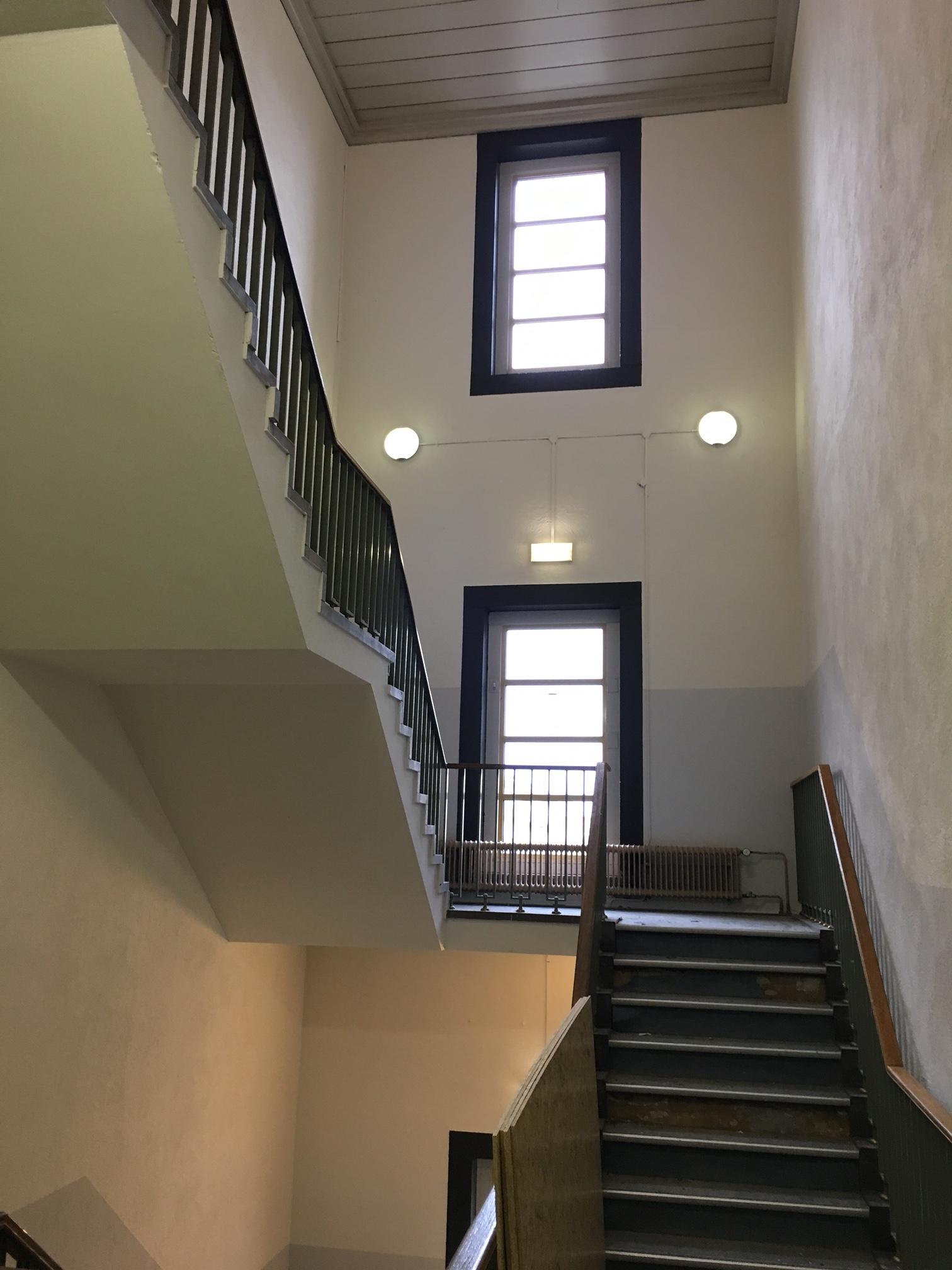 Een van de trappenhuizen staat nog in de steigers om geschilderd te worden.