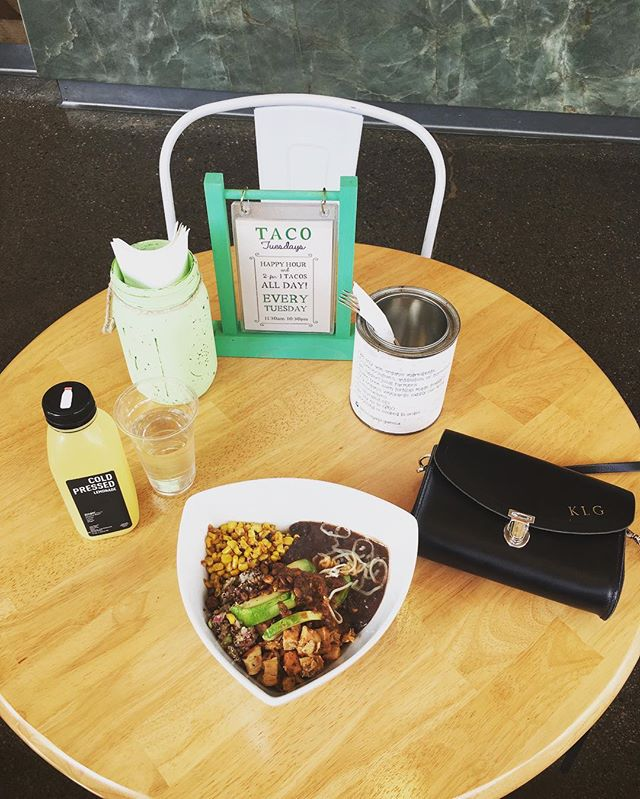 Deeeeeelicious black bean and quinoa bowl with some cold-pressed lemonade @tocayavenice. A bright and breezy organic cafe right on Venice Beach 🏄‍♀️ #MCrecommends #MCinLA