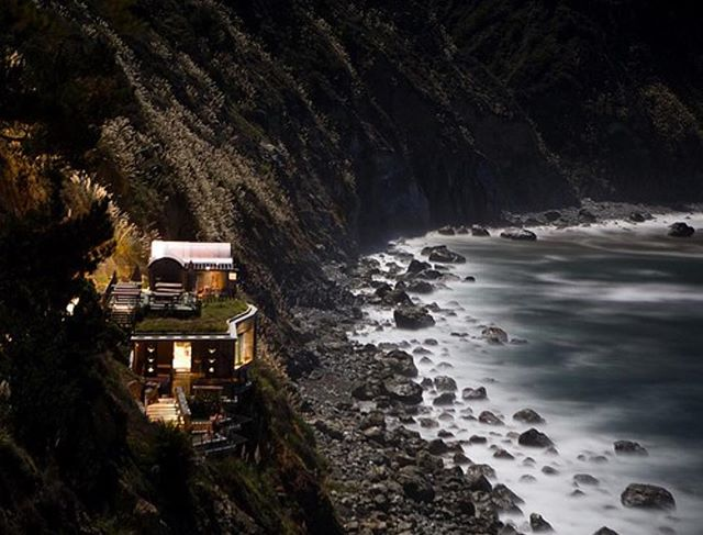 The hot springs at Essalen on The Big Sur overlook the crashing waves of the Pacific. We recommend a midnight bathing session to experience the rejuvenating powers of the natural hot springs by moonlight. Be warned clothing is optional 🙈! 🌊🌝💆 #MCrecommends #MCinCali
