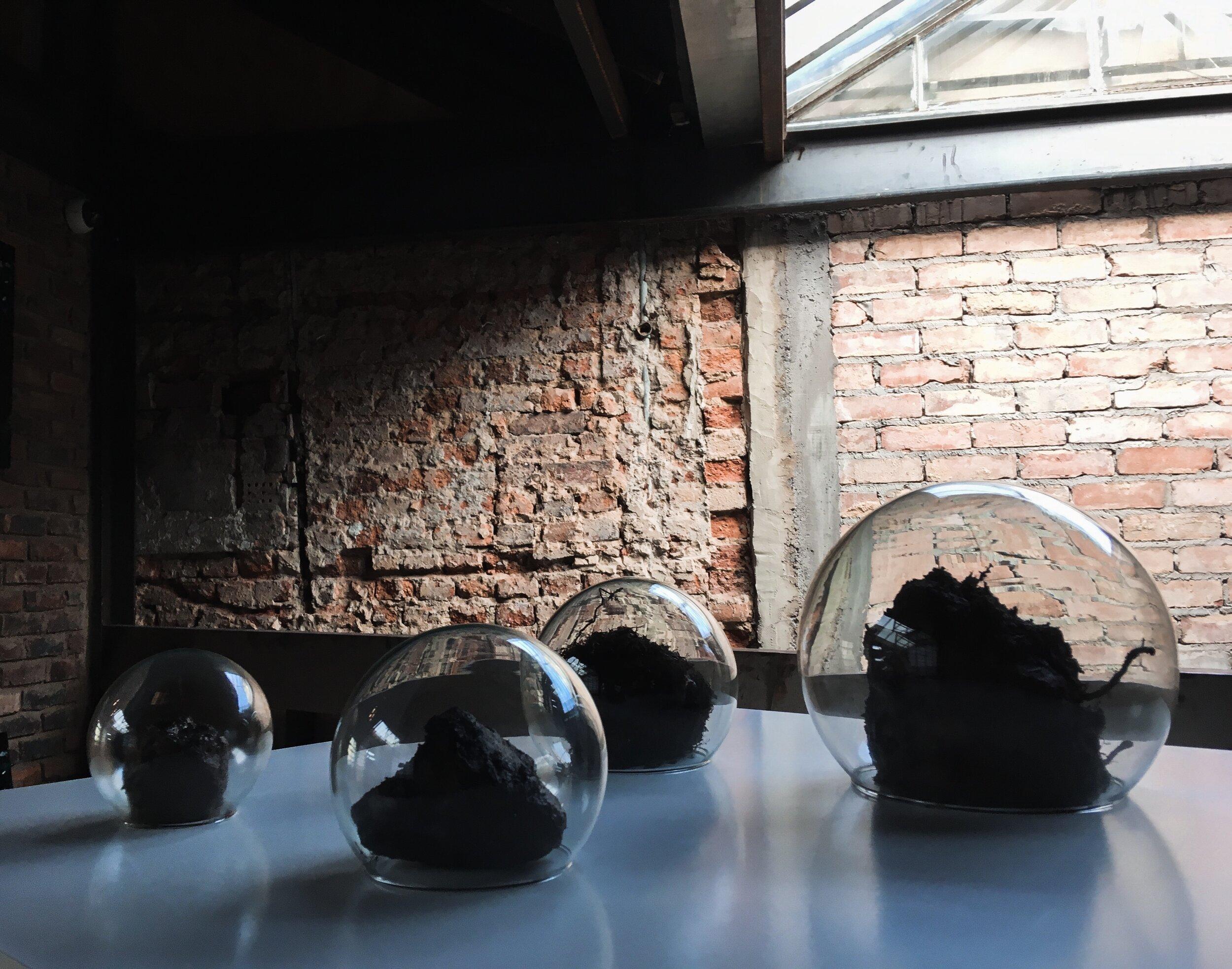 La respiración de las cosas. Muestras de tierra y agua en cápsulas de vidrio. Montaje de 90 x 90 cm.