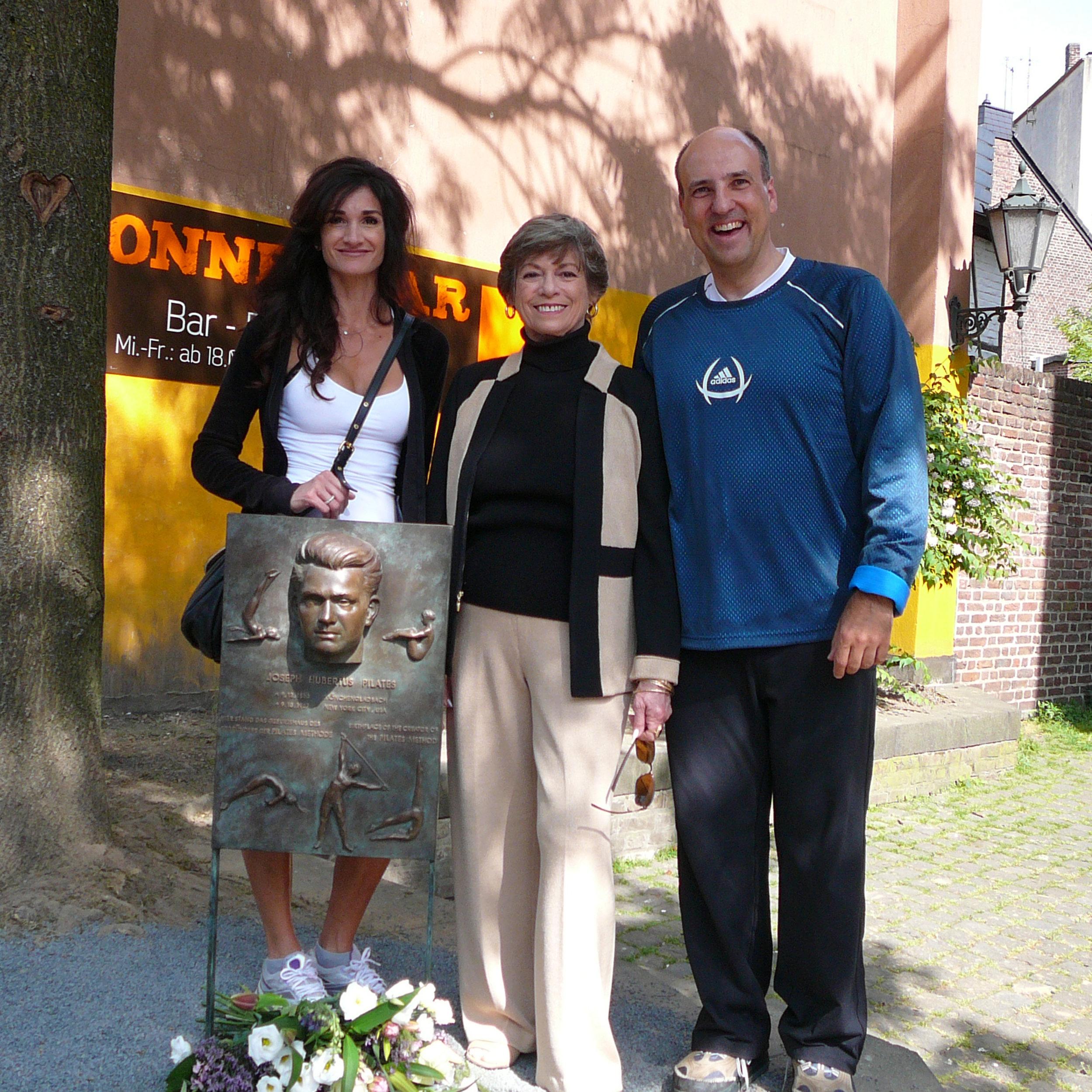 Vor dem Geburtshaus von Joseph Pilates in Mönchengladhab. Von links Lisa Hubbard, First Generation Teacher Lolita San Miguel, Reiner Grootenhuis