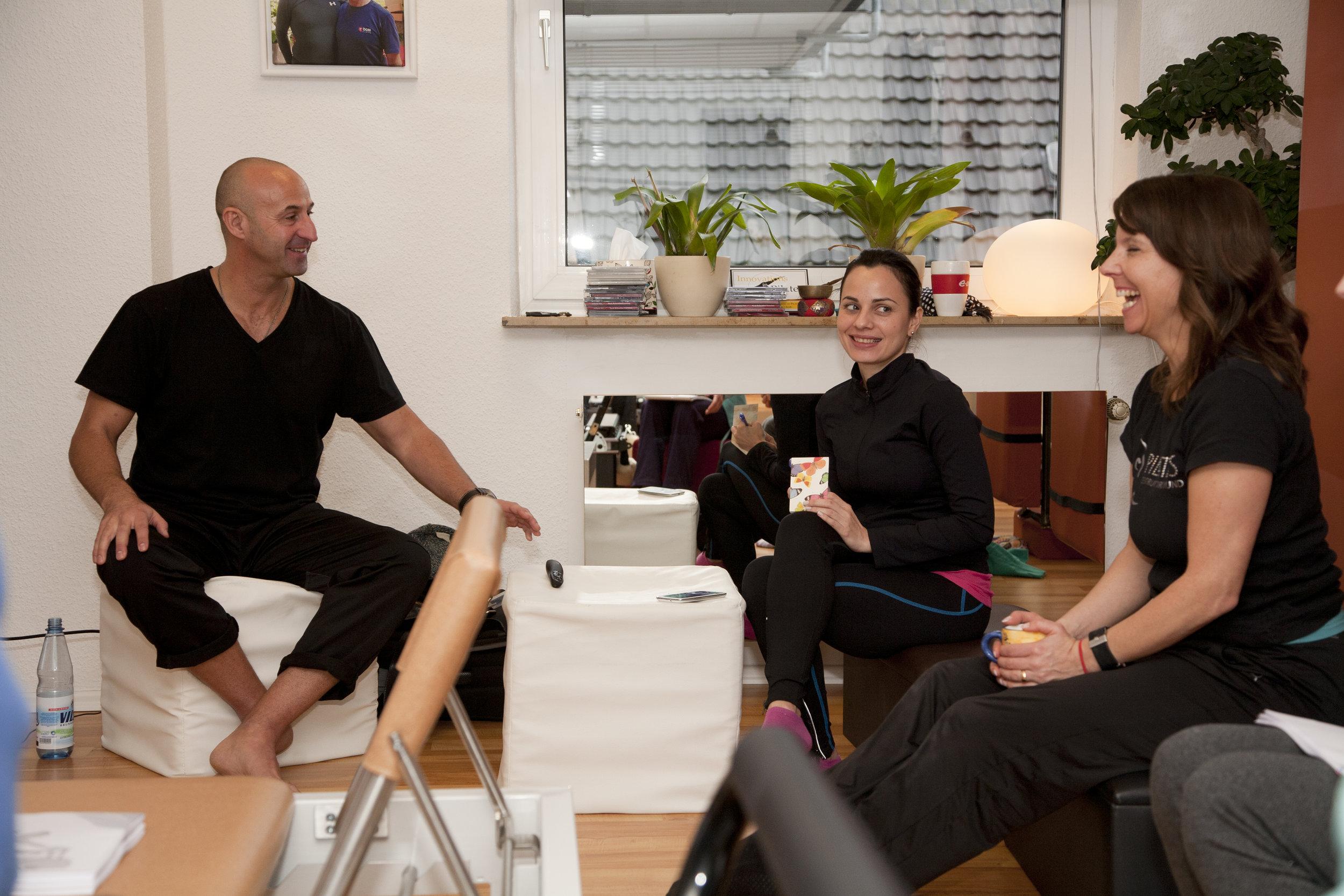 Zu Beginn führten uns Anthony Lett (links) und seine Lebensgefährtin Kenyi Diaz in die Stretching Methode ein.