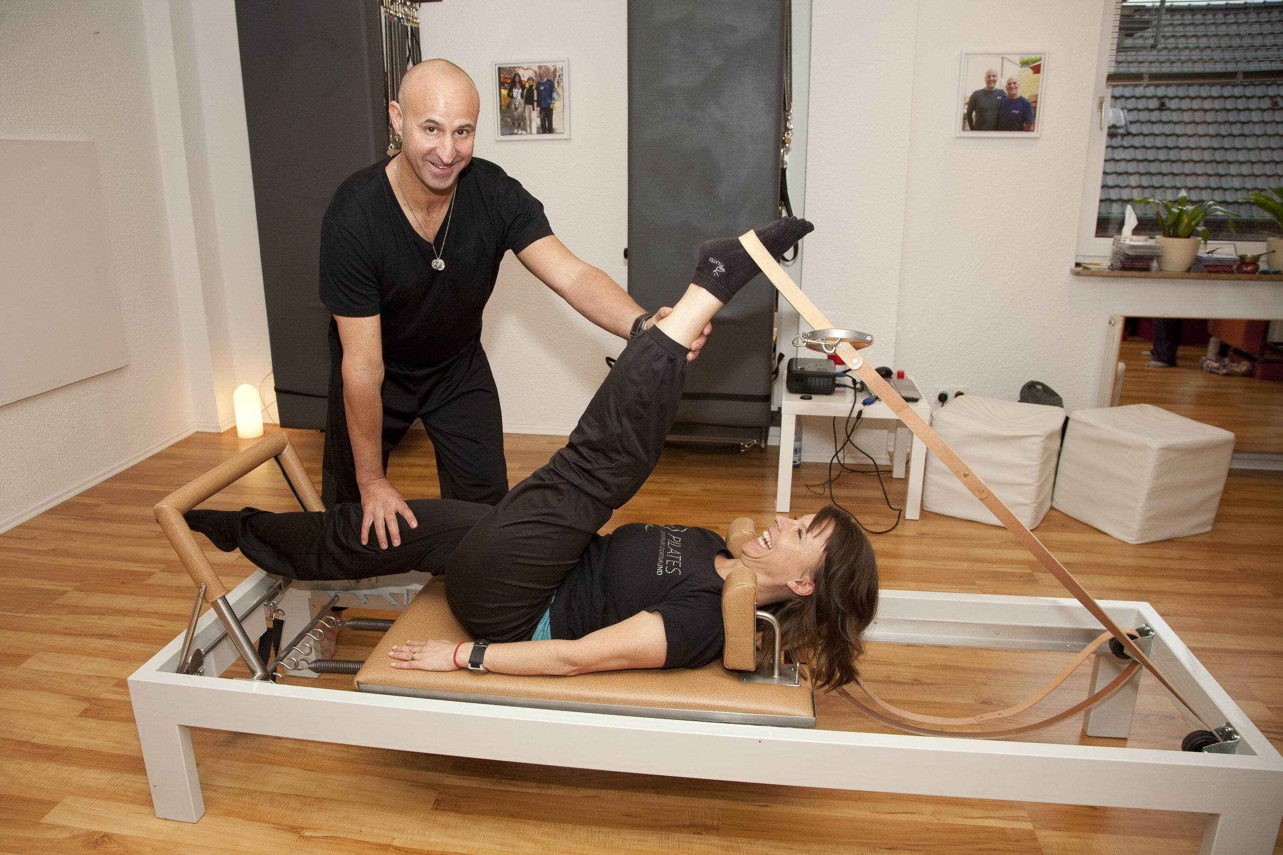 Kerstin Bredehorn vom Pilates Zentrum Dortmund übt einen Beinrückseiten-Stretch