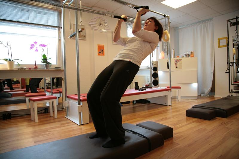 Miriam Friedrich Honorio zeigt eine Pilates Variation