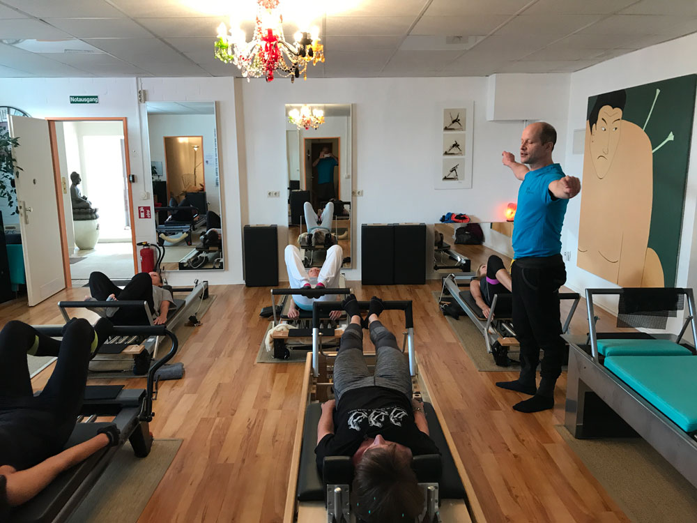 Brett Miller unterrichtet Footwork auf dem Reformer