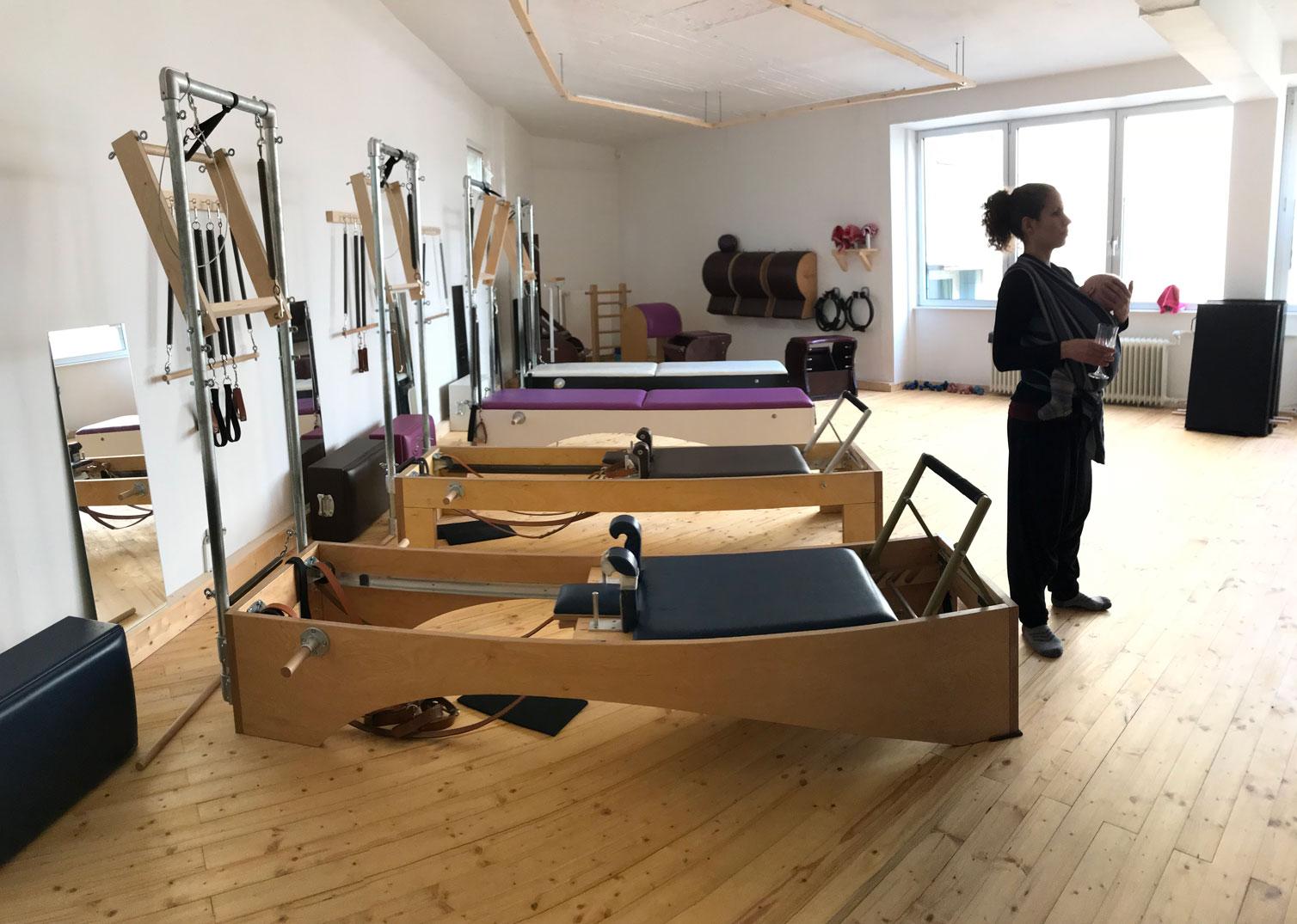 Das schöne Pilates Studio Moving Pilates von Katharin Leitheiser (im Bild mit ihrem Nachwuchs)