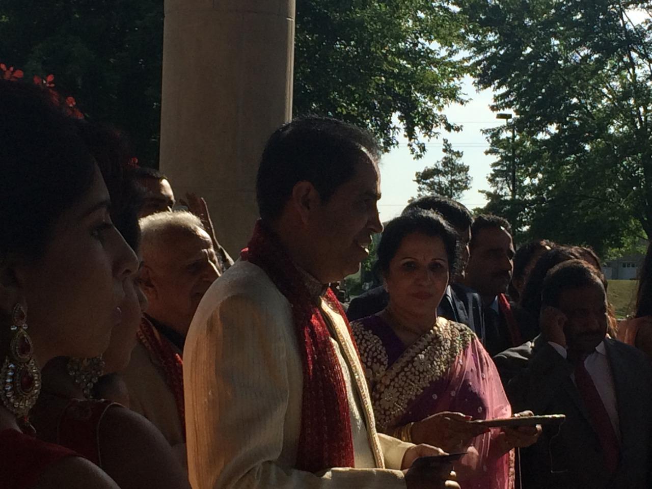 Boda hindú... Papás preparándose para recibir a la familia del novio.
