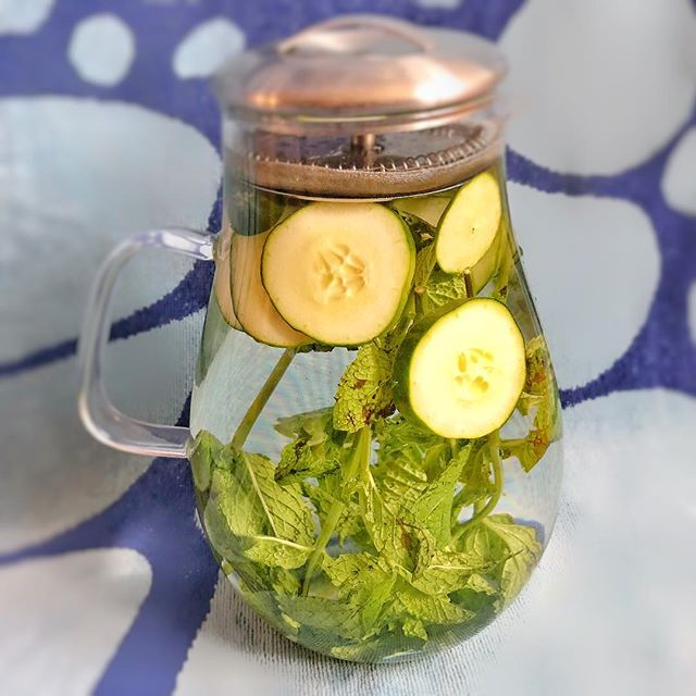 Stay cool and hydrated with this tasty infused water 💦💧 A lot of people have a hard time consuming enough water to function their best, making an infusion that you enjoy drinking will motivate you to increase your water intake so that you can achieve optimal weight, energy, and skin 🤸‍♀️⛹️‍♀️🙋‍♀️ * Ingredients: Filtered water, sliced cucumber, fresh mint, and freshly squeezed lemon 🍋🥒😃 * * * #healthcoach #sandrinabencomo #organyclove #integrativenutrition #nutrition #nutritioncoach #delicious #food #beverage #drink #foodlover #organic #meal #healthy #lifestyle #summer #homemadefood #wholefoods #health #healthyfood #wellness #recipes #skincare #glowingskin #weightloss #energy #happy #living #nyc