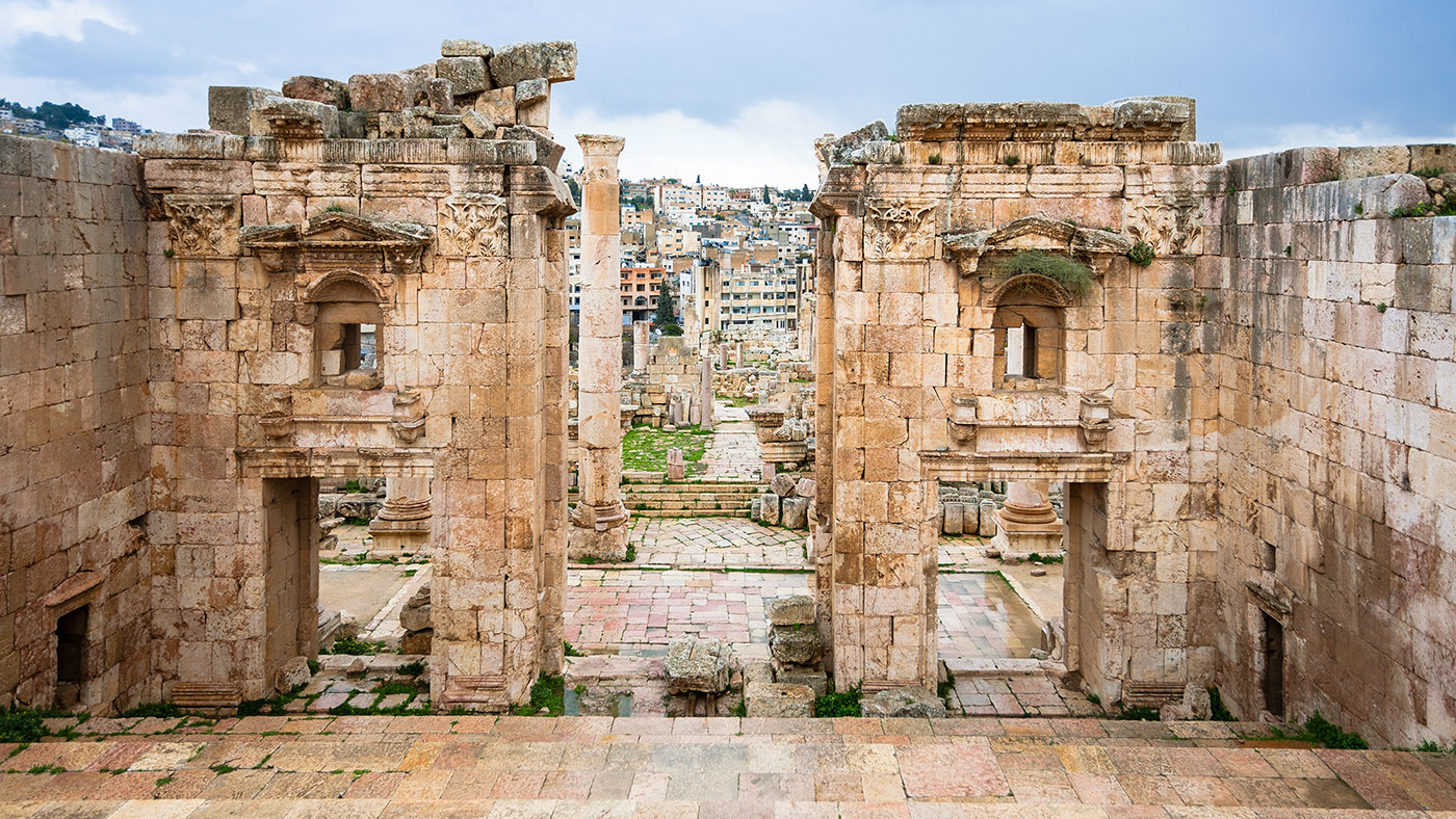 EDIT_view-of-jerash-through-gates-of-artemis-temple-PFBMRVK.jpg