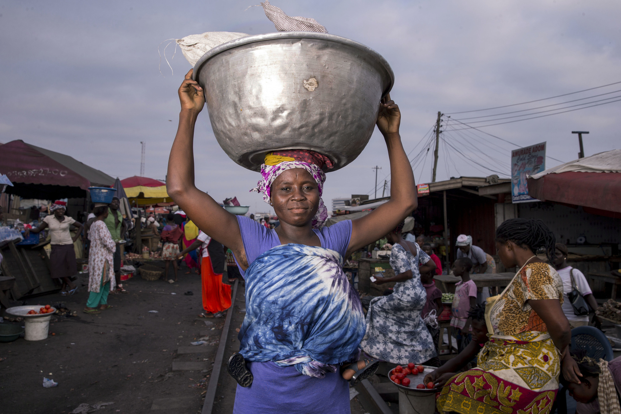A head porter in Ghana. Photo: Creative Commons Attribution-NonCommercial 4.0 International (CC BY-NC 4.0)