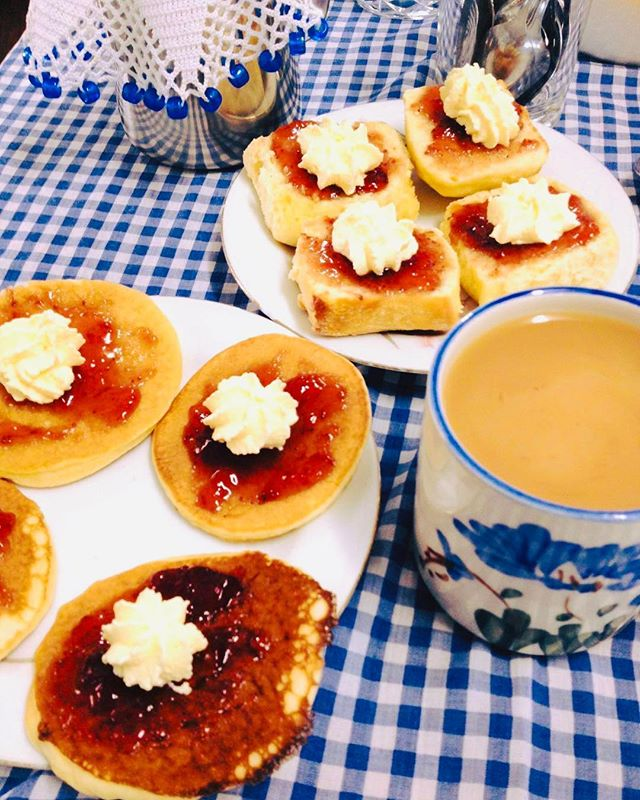 Tea and pikelets | Hands up if you are a pikelet fan? This photo is of the tea and pikelets served by the gorgeous CWA ladies in Yungaburra. On market days they are known for churning out hundreds of cups of tea, pikelets, scones and corned beef sandwiches 🥪