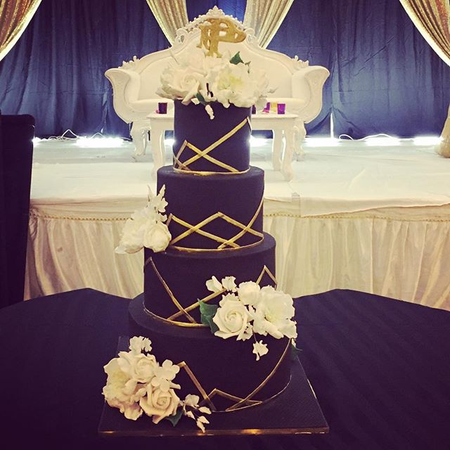 Black white and gold for Parth and Pooja tonight! With @hugojuarezphoto @djusaweddings @djsharad  @mandapsbydhoom #cake #weddingcake #bestof #black #white #gold #sugarflowers #modernweddings #nj #nyc #philly #indianweddings #thecakery