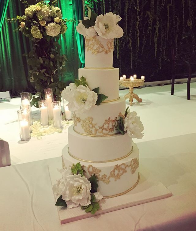 Obsessed with this cake and reception decor by @stylisheventsny for Pritesh and Tulsi! Along with @soniacmakeup @susanstriplingphotography @uniquevisionsstudio @eliteevents #doubletreesomerset