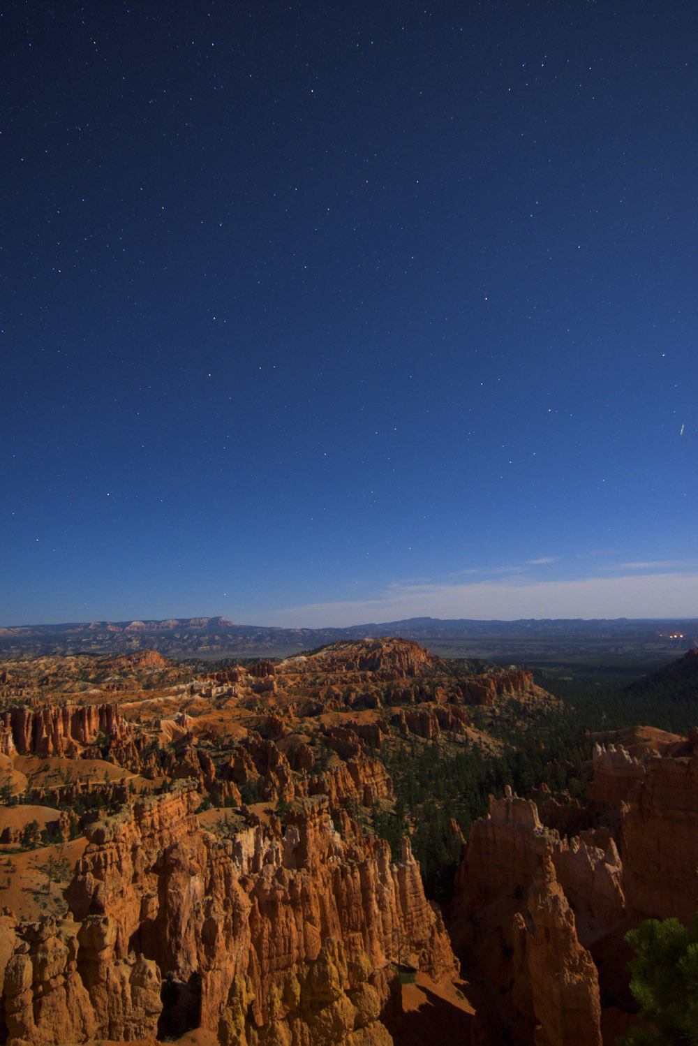 Later in the evening as the stars become visible over Bryce Canyon. © Robert Lowdon