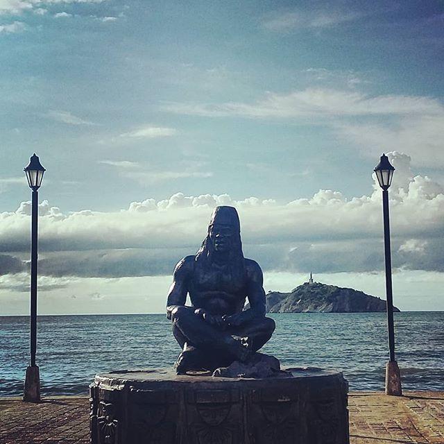 Hola Santa Marta!  #santamarta #colombia #seafront #statue #paseo #malecon #travel #blog #travelgram #instatravel #travelblogger #instamood #instadaily Photo © by patrickacquadro.com