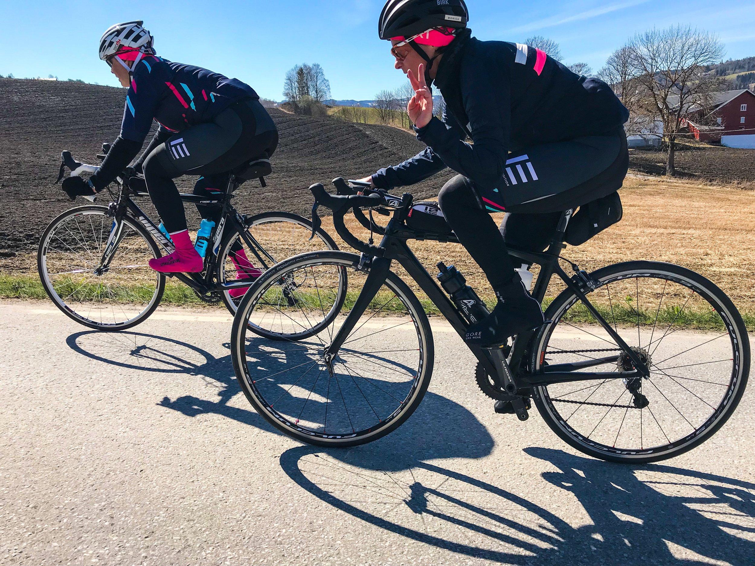 Ingvild og Monica cruiser oppover bakkene i Hadeland. Foto: Caroline Vamnes/Ladies Edition