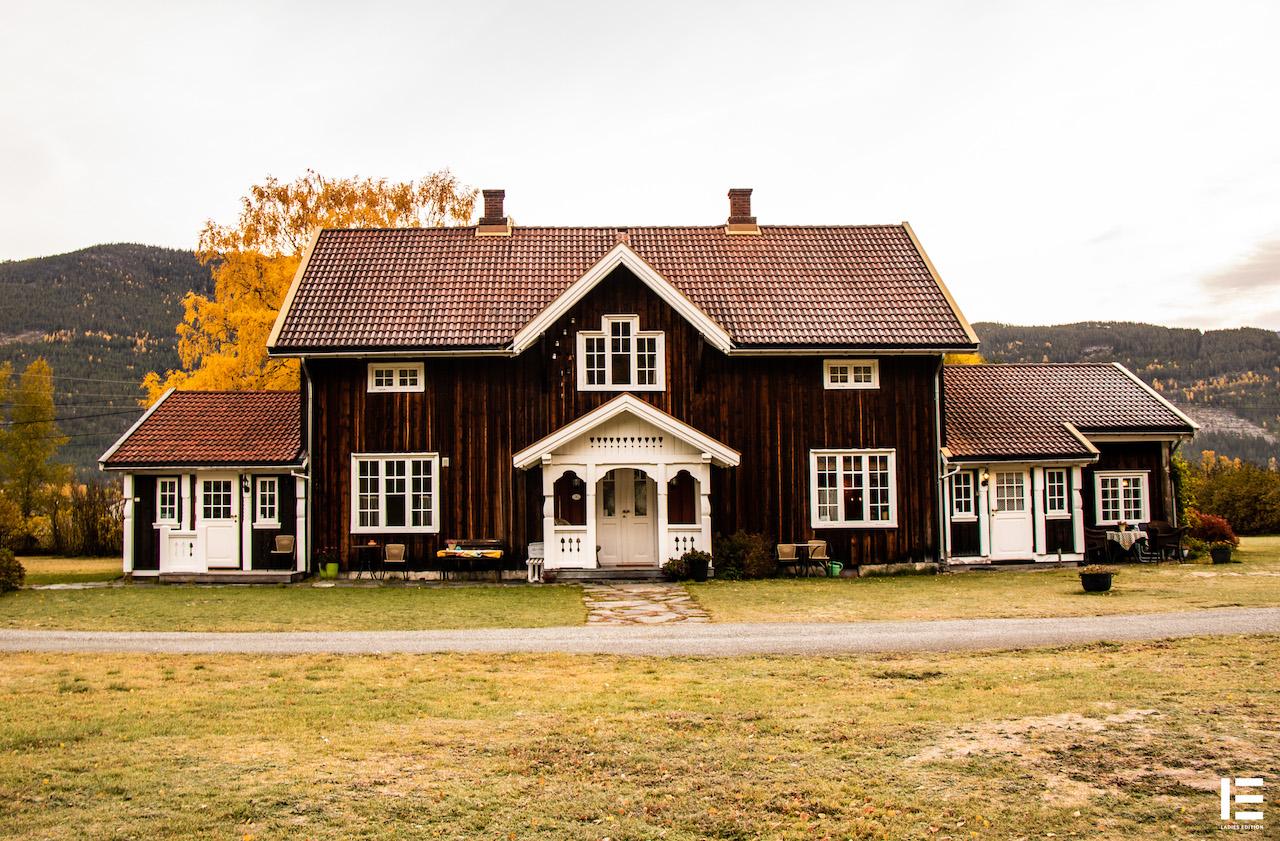 Et flott hovedhus:  Hagaled Gjestegård er fra 1500-tallet og Sigrunn Svenkerud driver gården som i dag er en gjestegård med overnattingsmuligheter for opp mot 14 personer. Foto: Ladies Edition