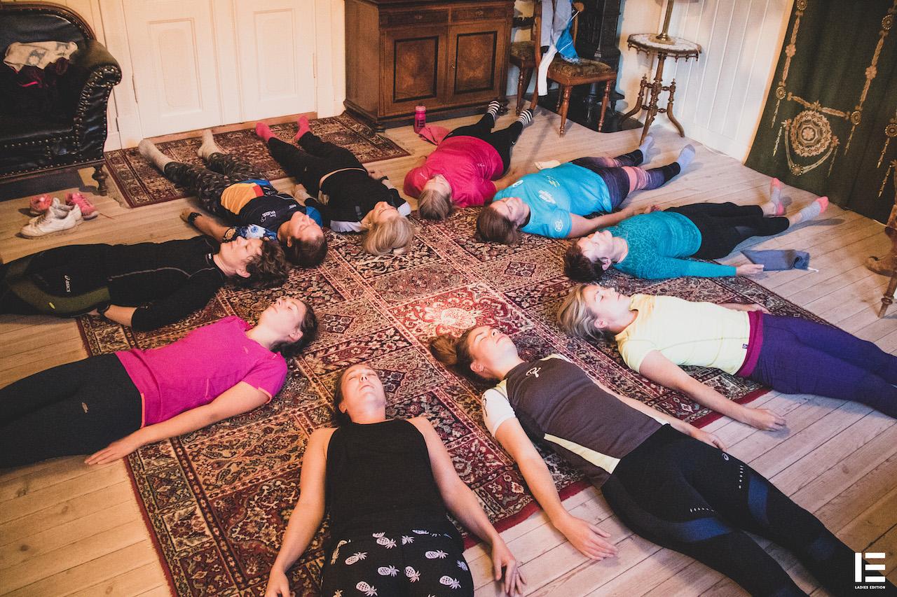Avslapning etter yoga:  Damene slapper av før frokosten serveres i Hallingstugu ved siden av.