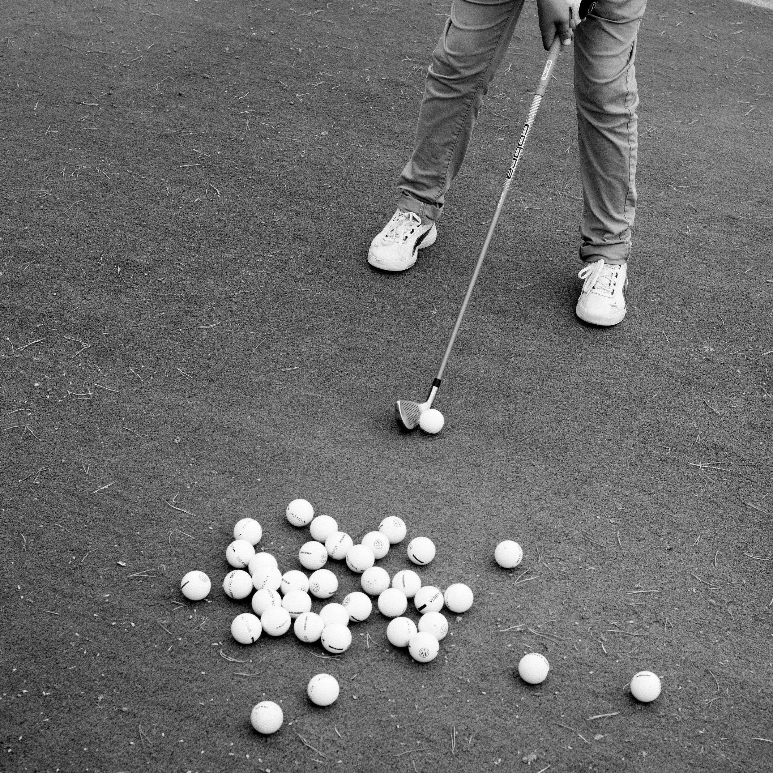 Nybörjarkurser - Golf är en fantastisk sport på alla plan. En sport där allt är upp till dig, tränar du bra så kommer det att ge resultat. Några av golfens många fördelar:Bra motion - du går ca 1 mil/18hål.Roligt och socialt, hela familjen kan spela.Bra träning, förlänger livet.Avkoppling i fantastisk miljö.Numera också godkänt som friskvård!KursfaktaSyftet med nybörjarkursen är du ska få en så bra start på din golfkarriär som möjligt. Vi går igenom hur golf spelas (regler och golfvett). Du får lära dig grunderna i själva spelet (grepp, sving, långa slag, korta slag, puttning m.m.). Och du får tips och råd kring hur du ska träna vidare för att utveckla ditt golfspel.Kursavgift: 2195 kr (Junior1695 kr). Lån av klubbor och kursmaterial ingårKurstillfällen 2019:3-5 maj Fre 16:00-20:00, Lör-sön 09:00-13:0031 maj-2 juni Fre-sön 09:00-13:0028-30 juni Fre 16:00-20:00, Lör-sön 09:00-13:0012-14 juli Fre-sön 09:00-13:002-4 aug Fre-sön 09:00-13:0031aug-1sept + 7-8 sept Lör-sön 09:00-12:00För anmälan eller frågor vänligen kontakta:Martin Bendelin Munkhammarmartin@visbygk.com0498-200939